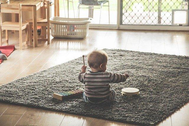 malé dítě hrající si s xylofonem a tamburínu