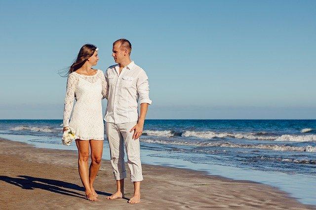 nevěsta s ženichem na pláži