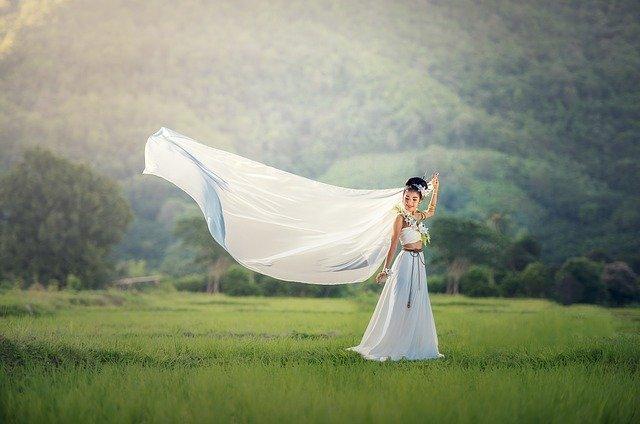 nevěsta v šatech s dlouhou vlečkou