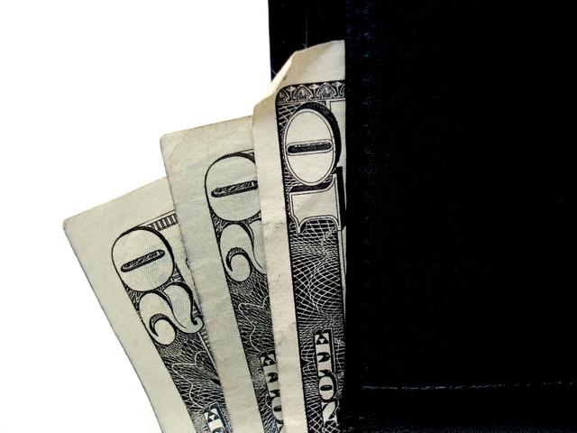 několik bankovek přeložených mezi černým a bílým prostředím